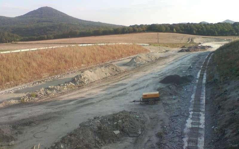 zemní práce na dálnici